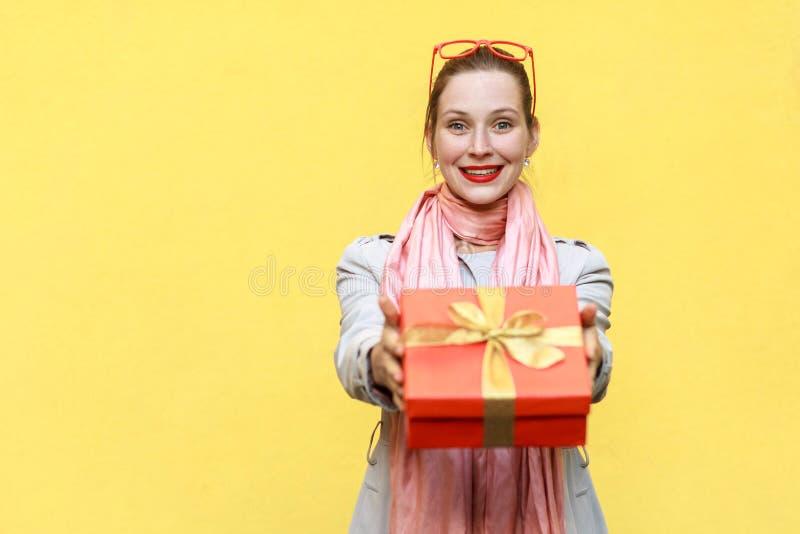 сво вы Женщина поставки держа коробку стоковое фото rf