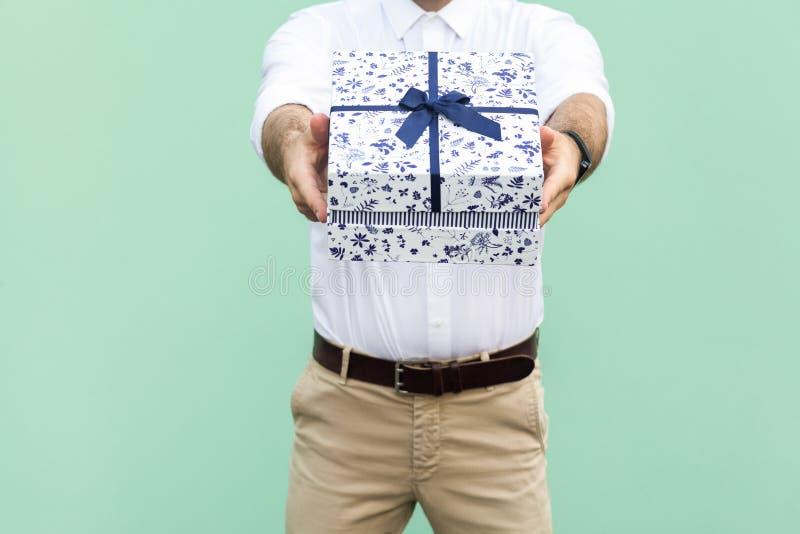 сво вы Работник доставляющий покупки на дом держа коробку стоковая фотография