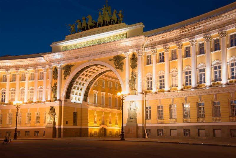 Свод генерального штаба в освещении ночи Взгляд от квадрата Dvortsovaya, Санкт-Петербурга стоковое изображение