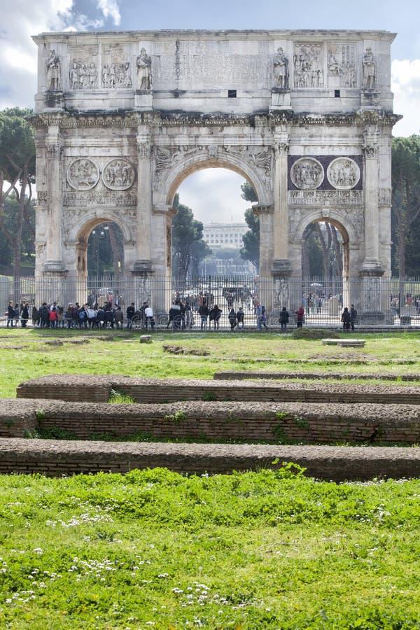 Свод Константина (Рима - Италии - Европы) освещает рослост стоковое фото rf