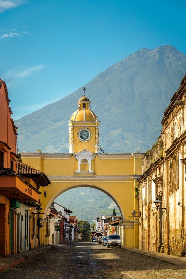 Свод Санты Каталины и вулкан Agua - Антигуа, Гватемала стоковые изображения rf