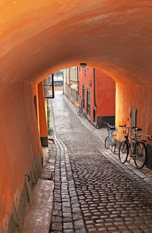 Сводчатый вход к средневековому переулку в Стокгольме стоковое изображение