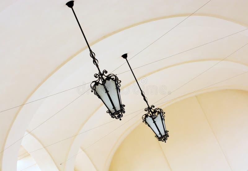 Сводчатый потолок с богато украшенными железными лампами стоковые изображения