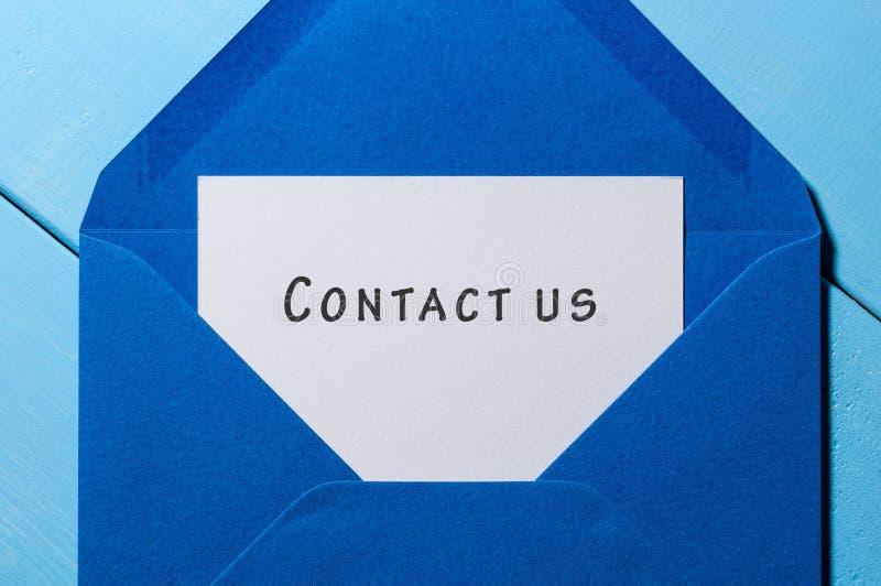 Свяжитесь мы - перешлите сообщение на голубой конверт стоковое изображение