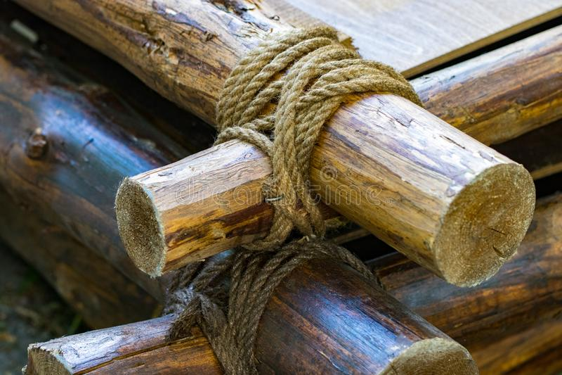 Свяжите веревочку на древесину Свяжите строку на ручке Свяжите веревочку стоковые фотографии rf