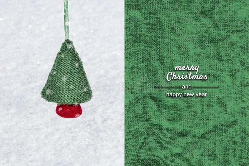 Свяжите handmade рождественскую елку - безделушку рождества на белом снеге, связанной зеленой предпосылке стоковые фотографии rf