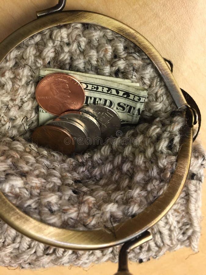 Связанное портмоне монетки с латунным закрытием кнопки рычага стоковое изображение