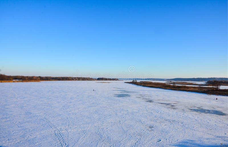 связанное с Лед озеро в зимнем дне стоковые изображения