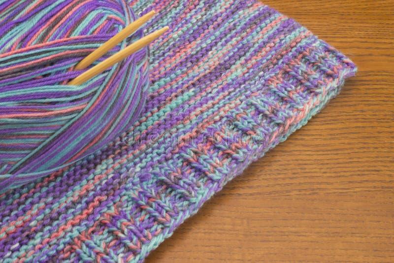 Связанные красочные свитер, шарик пряжи шерстей и иглы Связанный шлямбур, теплая ткань зимы и шарик шерстей меланжа стоковая фотография rf