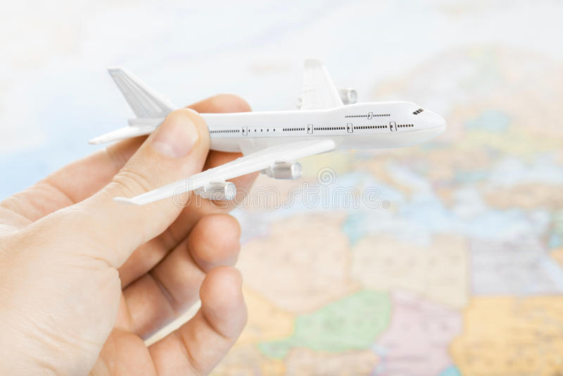 Связанные путешествовать, туризм, сообщения и все вещи - забавляйтесь самолет в руке с картой мира на предпосылке стоковая фотография rf