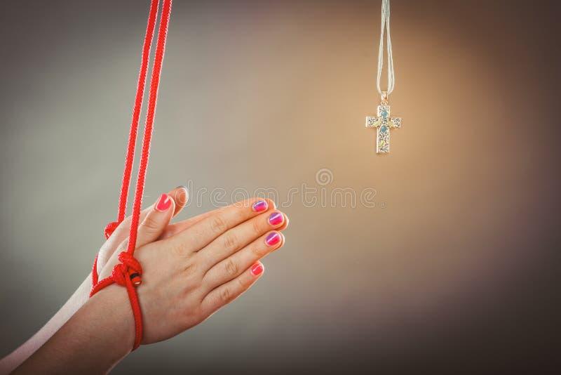 связанные руки Человек, который принудили помолить Поддельное вера стоковое изображение