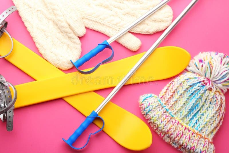Связанные шляпа и mittens с обмундированием лыжи стоковая фотография