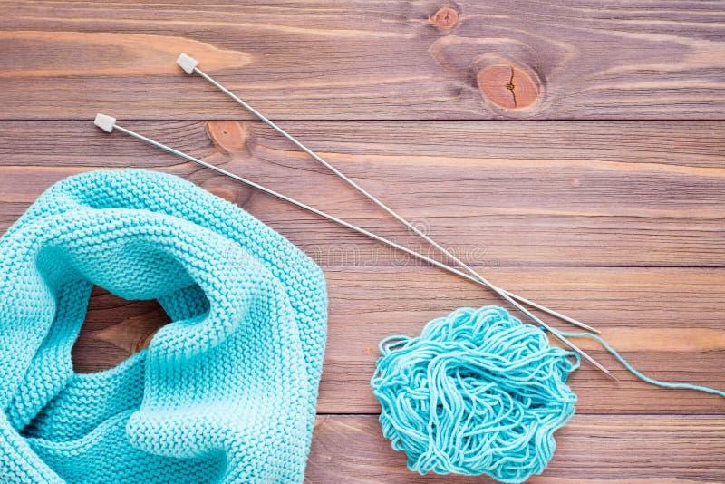 Связанные snud, иглы и путать мяты на деревянном столе стоковая фотография rf