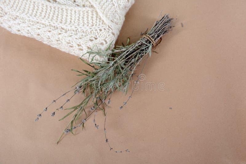 Связанный белый свитер и пук лаванды r стоковое изображение rf