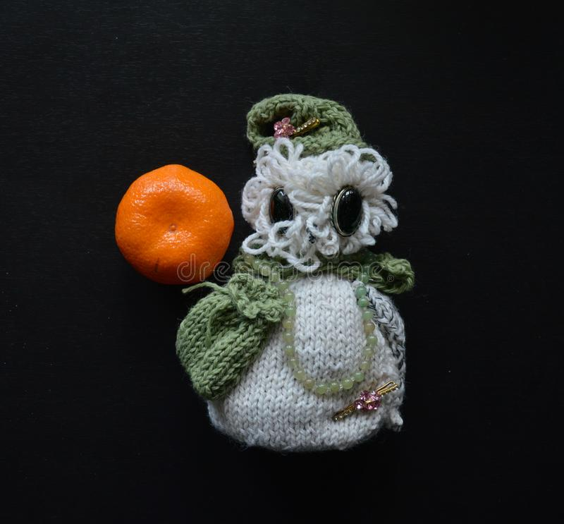Связанный сыч игрушки в крышке, с сумкой, tangerine на левой стороне стоковые изображения rf