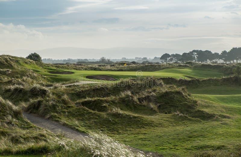 Связи играют в гольф отверстие равенства 3 в отставая свете стоковое изображение
