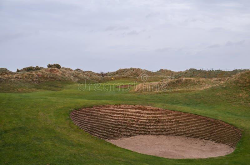 Связи играют в гольф отверстие с бункерами и песчанными дюнами стоковое фото