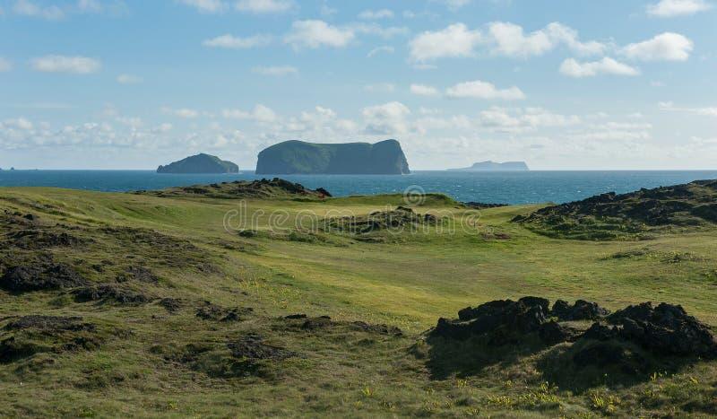 Связи играют в гольф отверстие с видом на океан и вулканическими островами стоковые фото