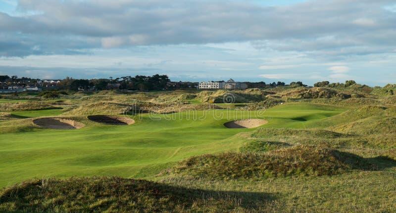 Связи играют в гольф отверстие с проходом завальцовки в отставая свете стоковая фотография rf