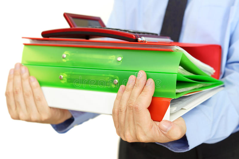 Связыватели нося бизнесмена с документами и калькулятором стоковое изображение