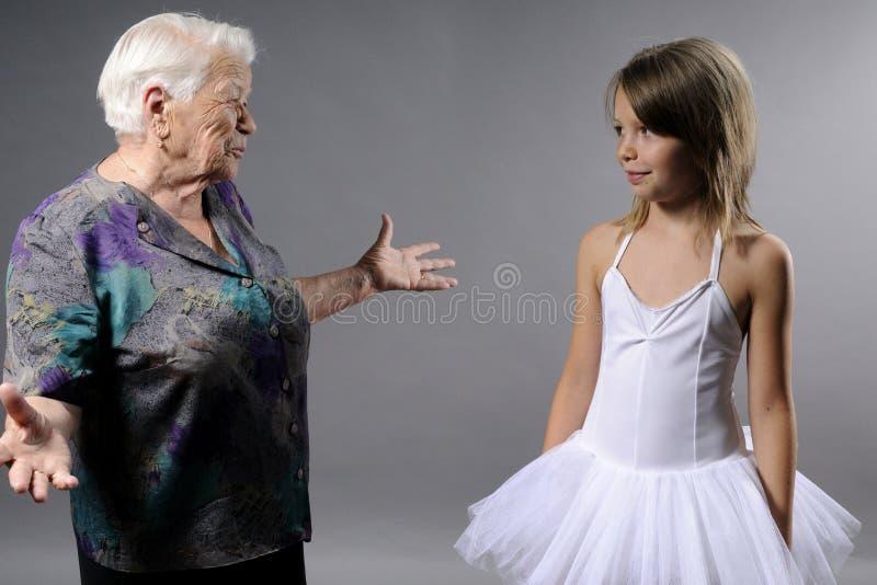 связывая старуха девушки стоковая фотография rf