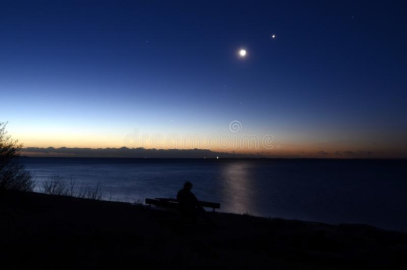 Связь между луной и Венерой стоковые изображения