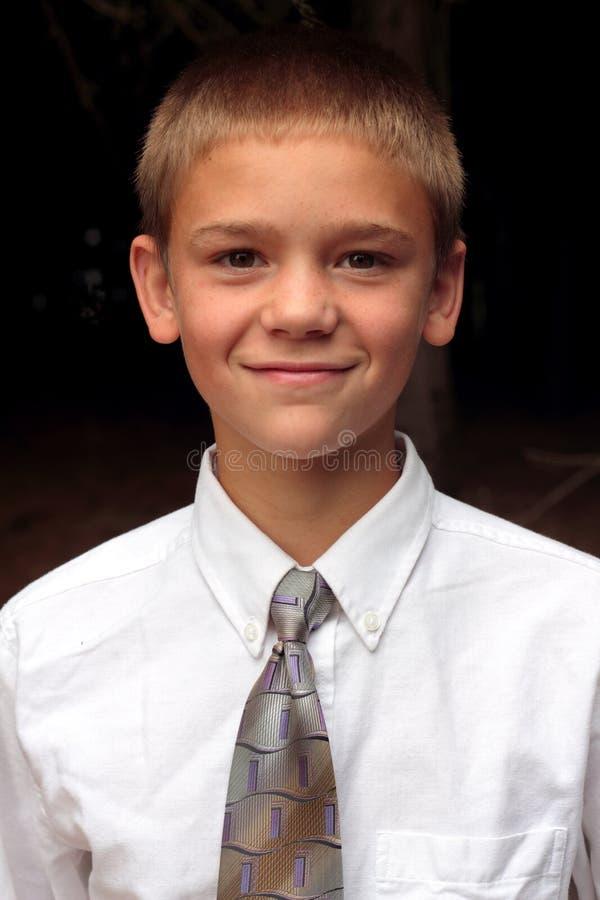 Связь подросткового возраста мальчика нося стоковая фотография rf