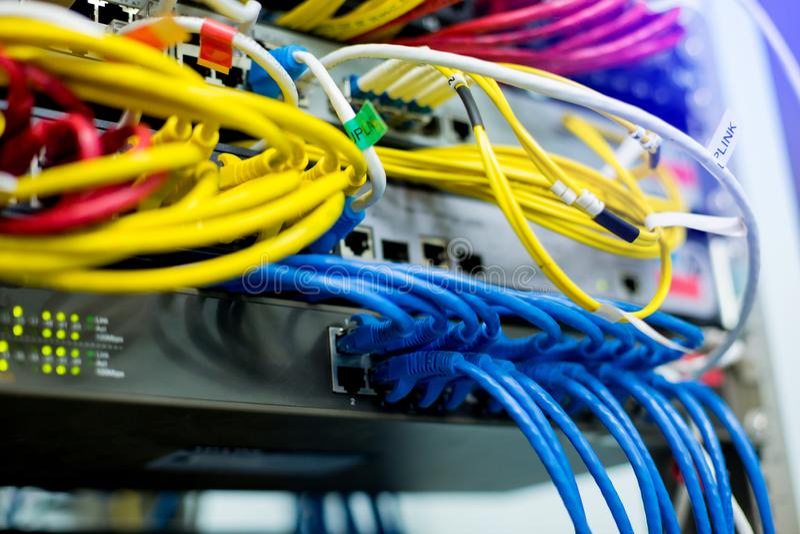 Связь системы LAN эпицентра деятельности переключения кабелей ethernet и сети стоковая фотография