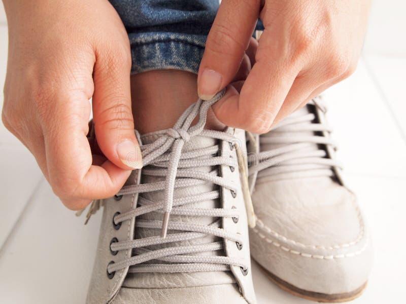 связь шнура ботинка стоковое изображение