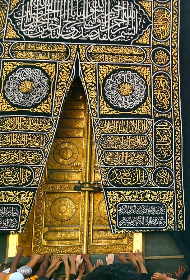 Святая дверь Kaaba в святой мечети во время tawaf когда umra стоковое фото