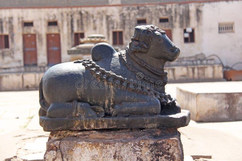 Святая каменная корова в виске Virupaksha Диаграмма священного co стоковые фотографии rf