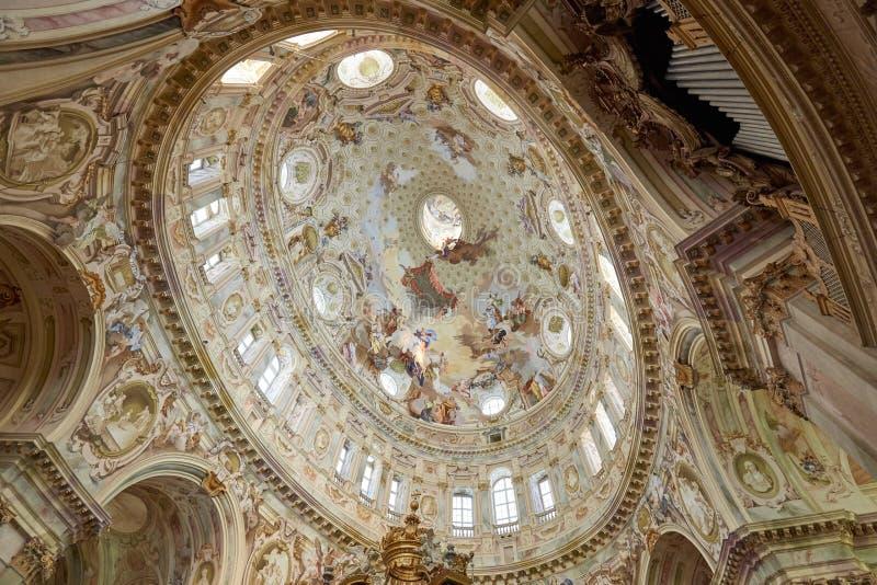 Святилище купола Vicoforte эллиптического барочного с фресками и органом трубы, взглядом низкого угла в Италии стоковое изображение