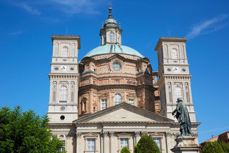Святилище церков Vicoforte со статуей в солнечном дне в Пьемонте, Италии стоковые изображения