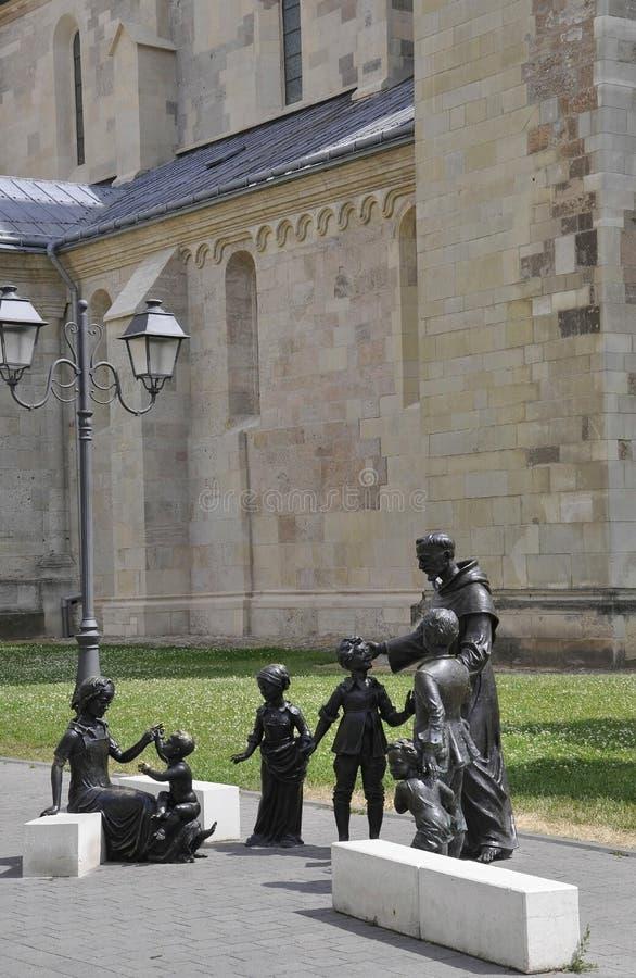 Святой Антонио с статуями детей от Alba двора крепости Каролины в Румынии стоковое фото rf