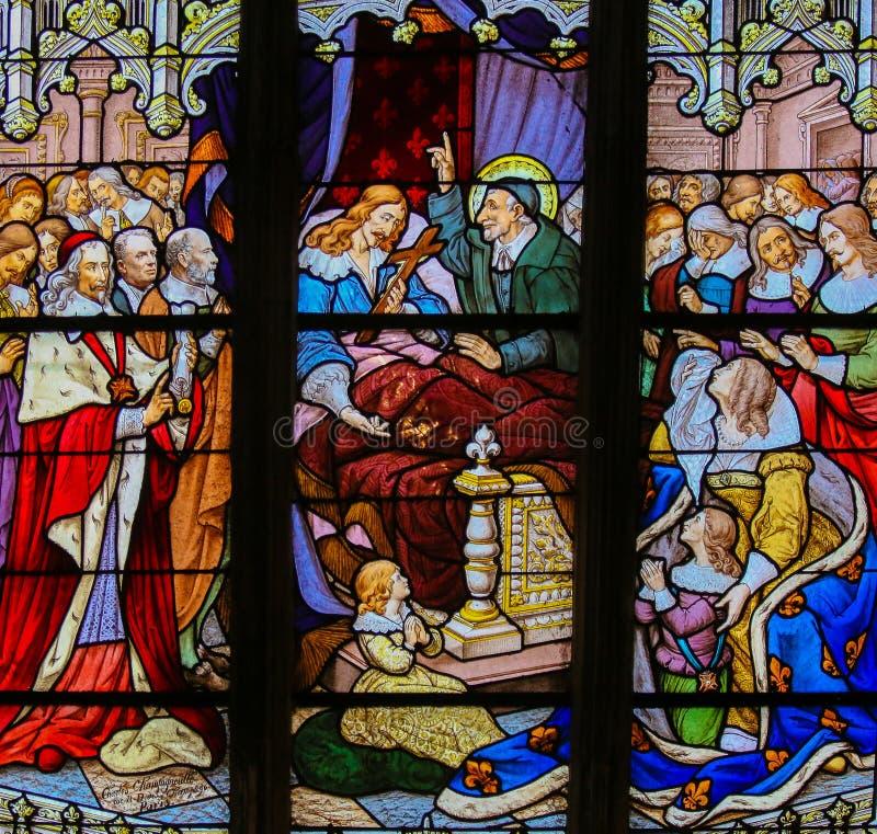 Святой Винсент de Пол на цветном стекле в Париже стоковые фото