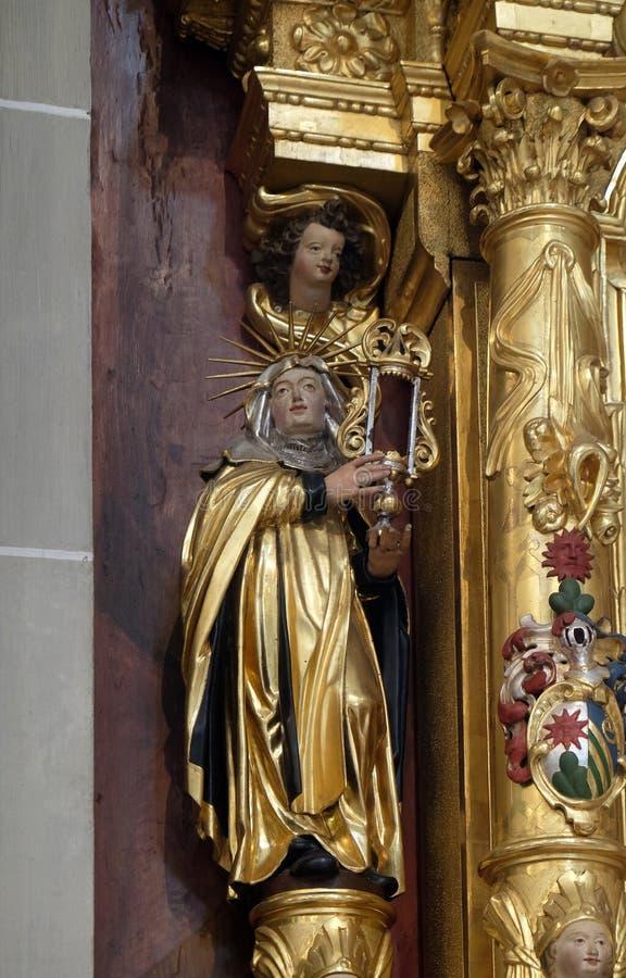 Святой Клара статуи Assisi на алтаре Святого Катрин Александрия в церков St Leodegar в Люцерне стоковая фотография rf