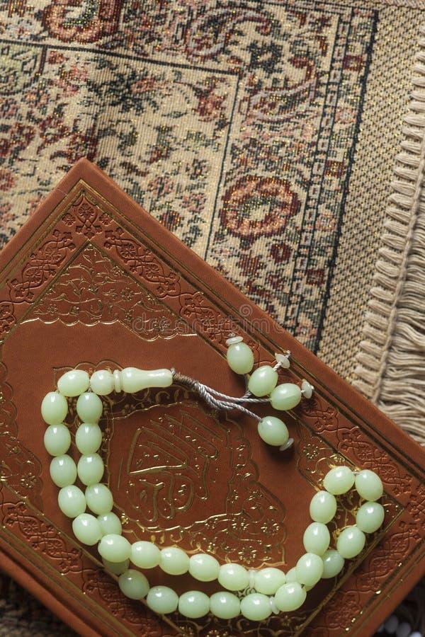 Святой Коран с розарием и моля ковром Изображение святого Корана с розарием отбортовывает мусульманский rosary quran Плоский взгл стоковые фотографии rf