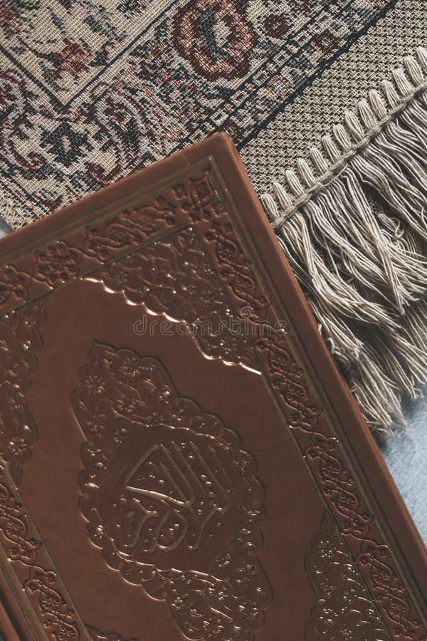 Святой Коран с розарием и моля ковром Изображение святого Корана с розарием отбортовывает мусульманский rosary quran Плоский взгл стоковые фото