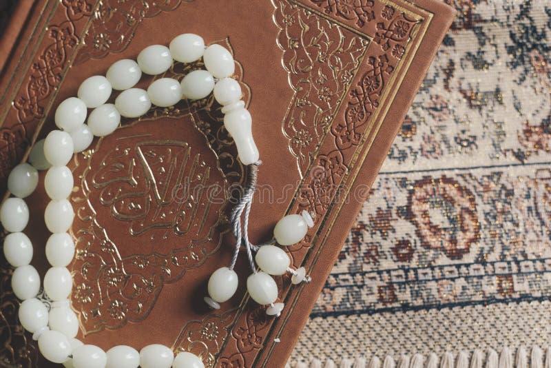 Святой Коран с розарием и моля ковром Изображение святого Корана с розарием отбортовывает мусульманский rosary quran Плоский взгл стоковое фото
