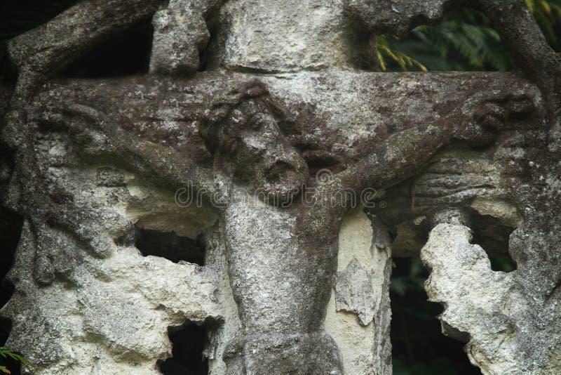 Святой крест с распятым Иисусом Христосом (античная статуя) стоковое изображение