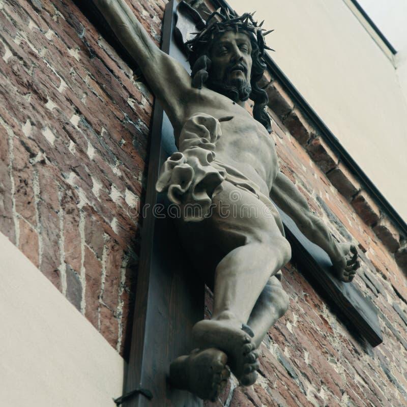 Святой крест с распятым концом Иисуса Христоса вверх старого stat стоковые фотографии rf