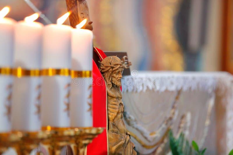 Святой крест с распятым Христосом в церков стоковые фотографии rf