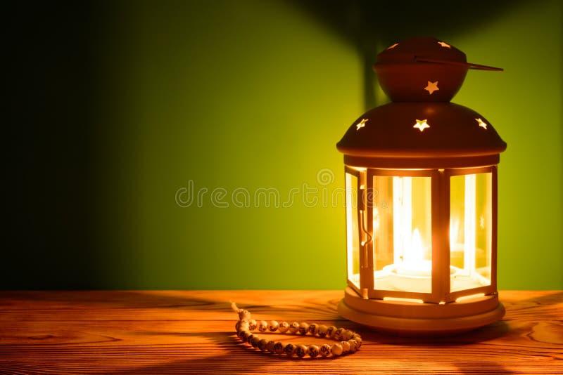 Святой месяц предпосылки Рамазана Karim Яркие фонарик и шарики на таблице с космосом экземпляра стоковые фото
