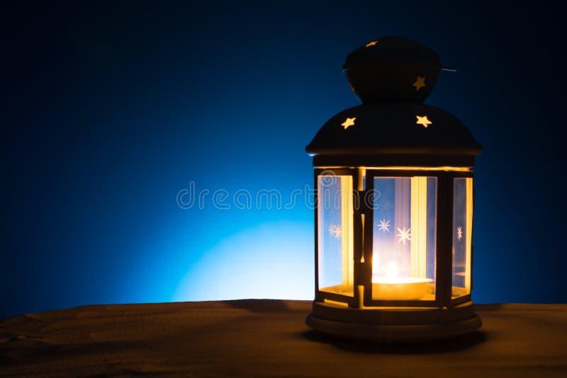 Святой месяц предпосылки Рамазана Karim Яркий фонарик на песке с космосом экземпляра стоковая фотография rf