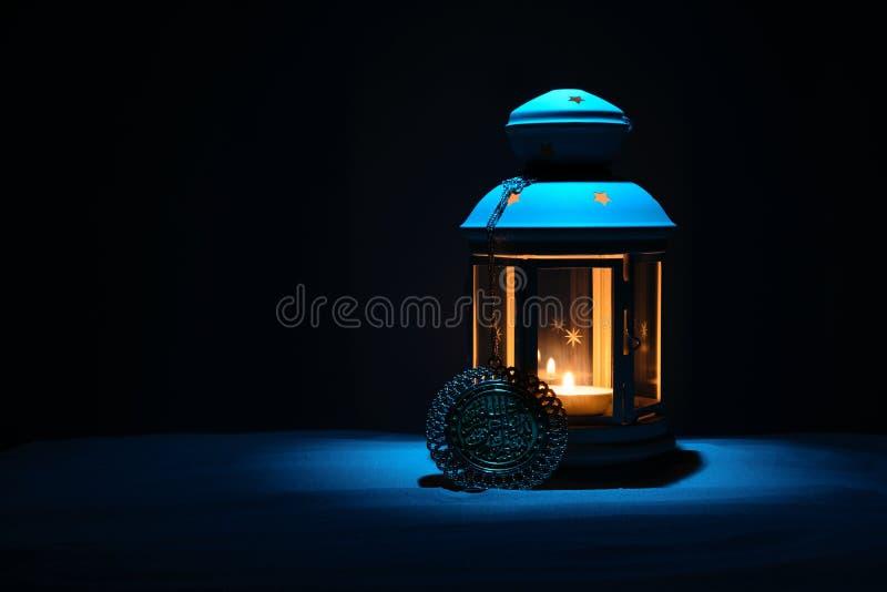 Святой месяц предпосылки Рамазана Karim Яркий фонарик на песке с космосом экземпляра стоковые фотографии rf