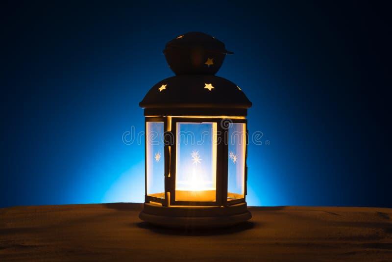 Святой месяц предпосылки Рамазана Karim Яркий фонарик на песке с космосом экземпляра стоковое изображение