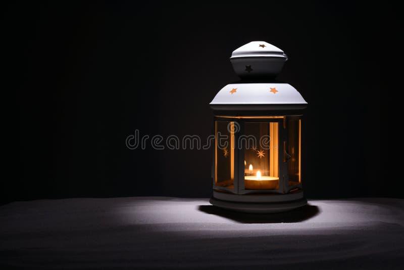 Святой месяц предпосылки Рамазана Karim Яркий фонарик на песке с космосом экземпляра стоковое фото
