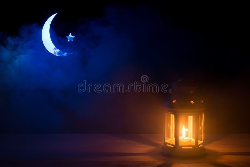 Святой месяц Рамазана Kareem Предпосылка с сияющим фонариком, серповидной луной и звездой стоковое фото