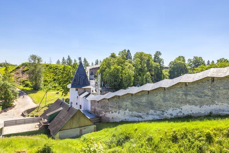 Святой монастырь Псков-пещер монастыря Dormition Pskovo-Pechersky Крепостные стены стоковое фото