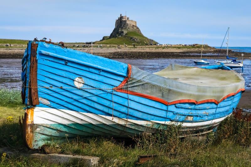 СВЯТОЙ ОСТРОВ, NORTHUMBERLAND/UK - 16-ОЕ АВГУСТА: Старая весельная лодка на стоковая фотография rf